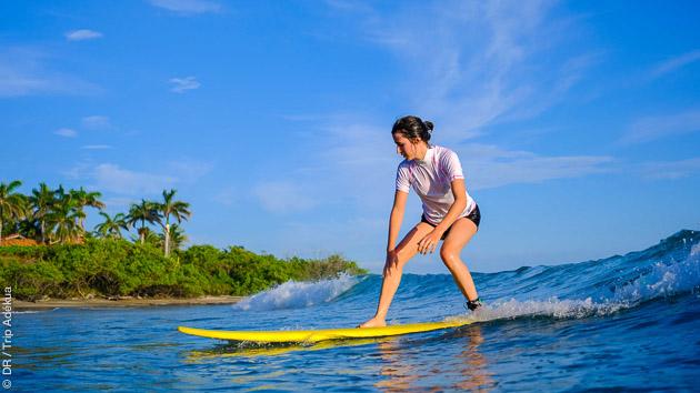Une heure de surf incluse dans votre formule séjour yoga solo