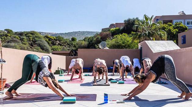 Une séance de pratique de yoga sur l'une des terrasses de notre yoga camp